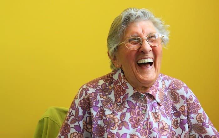 lachende oudere dame