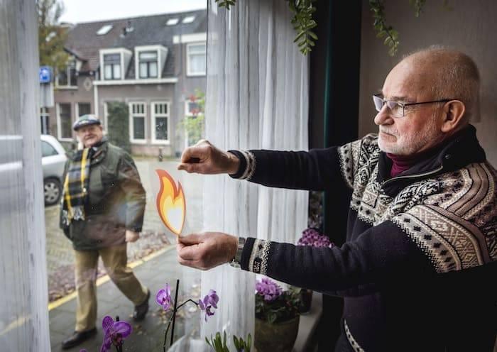 Oranje Fonds de vlam sticker op het raam