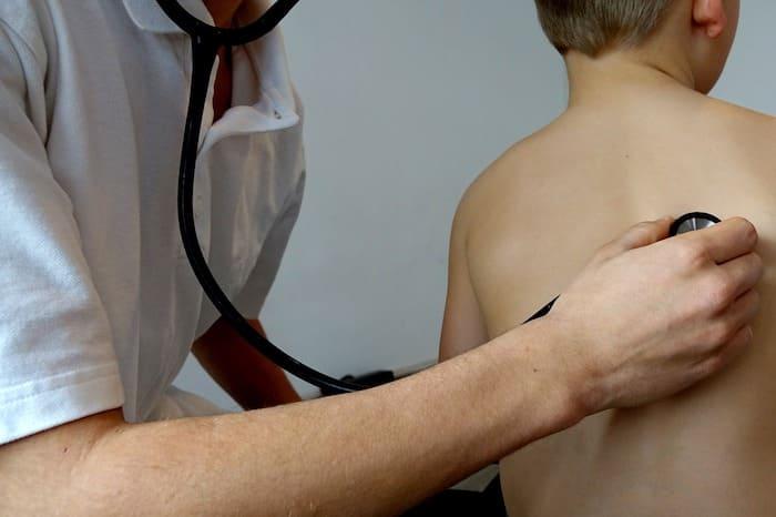 Huisarts onderzoekt patient met stethoscoop