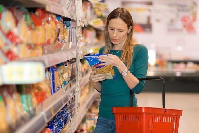 Vouw leest etiket in de supermarkt