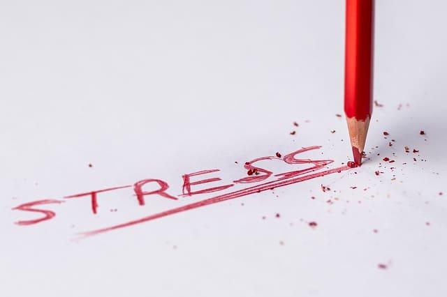 Rood potlood met afbrekende punt, stress.
