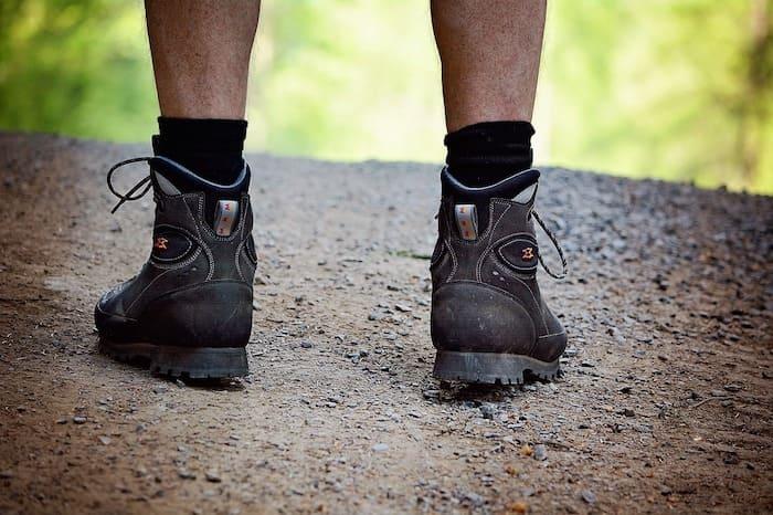 wandelaar met wandelschoenen
