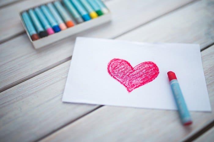 Rood hart getekend met krijt op wit papier