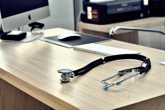 huisartsenpraktijk, stethoscoop ligt op het bureau van de huisarts.