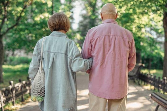 Man en vrouw wandelen samen in het park