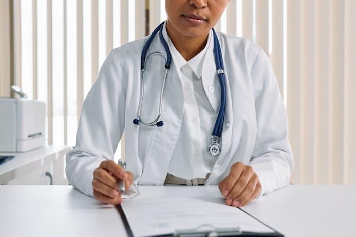 Arts achter haar bureau.