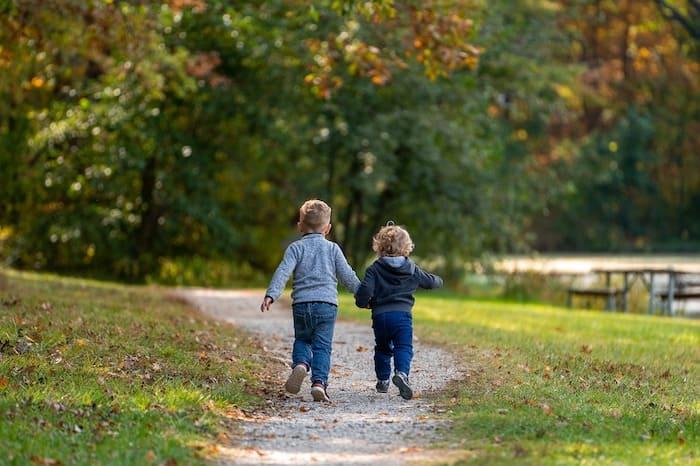 twee rennende jongetjes in het park