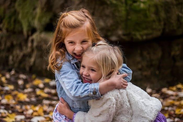 twee spelende meisjes in de tuin